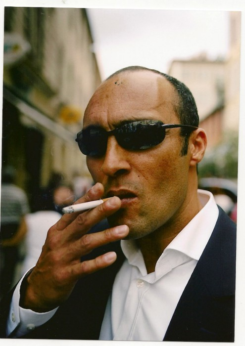 gens de nice | homme d'affaires fume sa cigarette | by bertram rusch